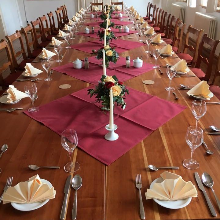 Gedeckter Tisch mit Stühlen